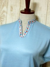 画像7: ヨーロッパ古着 爽やかなカラーリング 繡入りチロルテープ装飾が可愛い シャツ ヴィンテージトップス【5927】 (7)