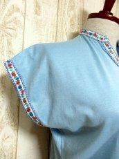 画像4: ヨーロッパ古着 爽やかなカラーリング 繡入りチロルテープ装飾が可愛い シャツ ヴィンテージトップス【5927】 (4)