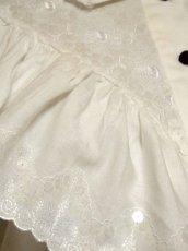 画像9: 贅沢なフリルレース使い お花刺繍 クリアなスパンコール装飾 ヨーロッパ古着 ヴィンテージホワイトブラウス【5967】 (9)