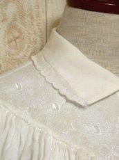 画像8: 贅沢なフリルレース使い お花刺繍 クリアなスパンコール装飾 ヨーロッパ古着 ヴィンテージホワイトブラウス【5967】 (8)