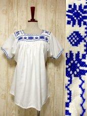 画像1: クロスステッチ刺繍が素晴らしい 綺麗なBlue Color刺繍 ヨーロッパ古着 大人フォークロアなヴィンテージ半袖スモックブラウス【5970】 (1)