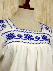 画像3: クロスステッチ刺繍が素晴らしい 綺麗なBlue Color刺繍 ヨーロッパ古着 大人フォークロアなヴィンテージ半袖スモックブラウス【5970】 (3)