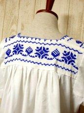 画像6: クロスステッチ刺繍が素晴らしい 綺麗なBlue Color刺繍 ヨーロッパ古着 大人フォークロアなヴィンテージ半袖スモックブラウス【5970】 (6)