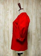 画像6: ワンポイントお花刺繍 イタリア製 レッド ウッド調ボタン ノーカラー ディアンドル チロルブラウス ドイツ民族衣装 舞台 演奏会 フォークダンス オクトーバーフェスト 【6018】 (6)
