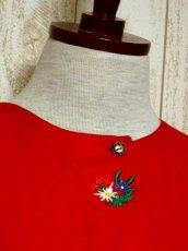 画像3: ワンポイントお花刺繍 イタリア製 レッド ウッド調ボタン ノーカラー ディアンドル チロルブラウス ドイツ民族衣装 舞台 演奏会 フォークダンス オクトーバーフェスト 【6018】 (3)