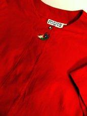 画像11: ワンポイントお花刺繍 イタリア製 レッド ウッド調ボタン ノーカラー ディアンドル チロルブラウス ドイツ民族衣装 舞台 演奏会 フォークダンス オクトーバーフェスト 【6018】 (11)