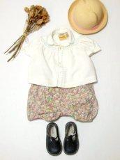 画像1: ☆ ヨーロッパ子供古着 vintageキッズブラウス モクモク&小花刺繡装飾♪ ふんわり上品パフスリーブ size70cm kids&baby ☆ (1)