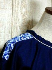 画像9: White×Blue Gradationのお花刺繍チロルテープが可愛い ヨーロッパ古着 レトロフォークロアなヴィンテージTOPS Navy【6245】 (9)