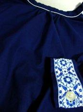 画像12: White×Blue Gradationのお花刺繍チロルテープが可愛い ヨーロッパ古着 レトロフォークロアなヴィンテージTOPS Navy【6245】 (12)