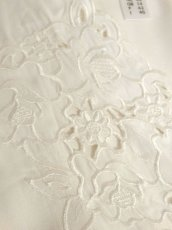 画像8: カットワークデザイン お花刺繍 ホワイト ノーカラー クラシカル ディアンドル チロルブラウス ドイツ民族衣装 舞台 演奏会 フォークダンス オクトーバーフェスト 【6323】 (8)