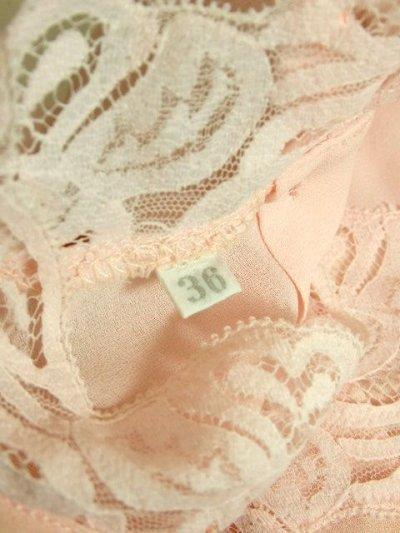 画像3: ヨーロッパ古着 上品で淡いPink Collar♪贅沢に使われた透け感のあるお花レース×レトロバックボタンデザイン!!レトロクラシカルなヴィンテージブラウス
