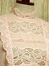 画像3: ヨーロッパ古着 上品で淡いPink Collar♪贅沢に使われた透け感のあるお花レース×レトロバックボタンデザイン!!レトロクラシカルなヴィンテージブラウス (3)