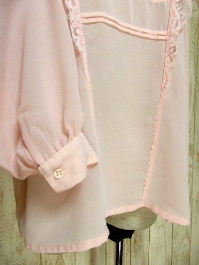 画像2: ヨーロッパ古着 上品で淡いPink Collar♪贅沢に使われた透け感のあるお花レース×レトロバックボタンデザイン!!レトロクラシカルなヴィンテージブラウス