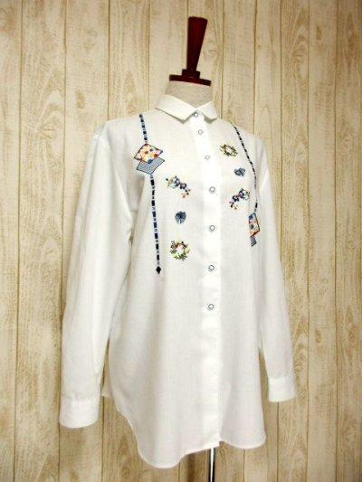 画像1: ドイツ製 バタフライ刺繍  お花刺繍 チェック リボンパッチ カラフル配色 ヨーロッパ古着 ヴィンテージホワイトブラウス【6378】