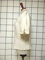 画像6: オーストリア製 ふんわり袖 ウッド調ボタンが可愛い 首元リボン ヨーロッパ古着 ヴィンテージブラウス【6398】 (6)