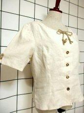 画像4: オーストリア製 ふんわり袖 ウッド調ボタンが可愛い 首元リボン ヨーロッパ古着 ヴィンテージブラウス【6398】 (4)