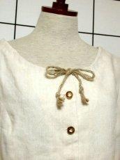 画像3: オーストリア製 ふんわり袖 ウッド調ボタンが可愛い 首元リボン ヨーロッパ古着 ヴィンテージブラウス【6398】 (3)