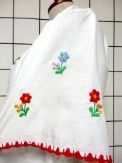 画像9: ぷっくりお花刺繍 カラフルステッチが可愛い 袖にも刺繍 首元リボン結び ヨーロッパ古着 大人フォークロアなヴィンテージ半袖刺繍スモックブラウス【6462】 (9)