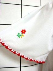 画像8: ぷっくりお花刺繍 カラフルステッチが可愛い 袖にも刺繍 首元リボン結び ヨーロッパ古着 大人フォークロアなヴィンテージ半袖刺繍スモックブラウス【6462】 (8)