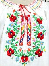 画像3: ぷっくりお花刺繍 カラフルステッチが可愛い 袖にも刺繍 首元リボン結び ヨーロッパ古着 大人フォークロアなヴィンテージ半袖刺繍スモックブラウス【6462】 (3)