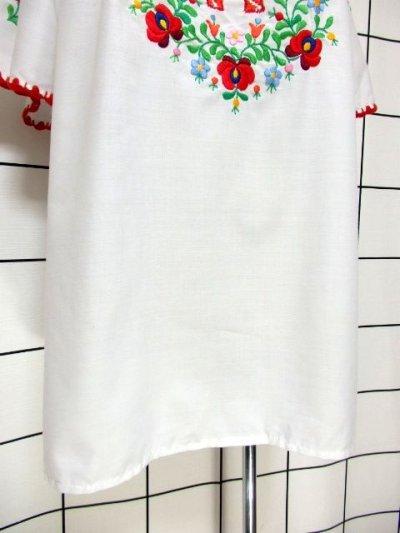 画像2: ぷっくりお花刺繍 カラフルステッチが可愛い 袖にも刺繍 首元リボン結び ヨーロッパ古着 大人フォークロアなヴィンテージ半袖刺繍スモックブラウス【6462】