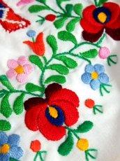 画像11: ぷっくりお花刺繍 カラフルステッチが可愛い 袖にも刺繍 首元リボン結び ヨーロッパ古着 大人フォークロアなヴィンテージ半袖刺繍スモックブラウス【6462】 (11)
