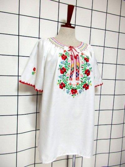 画像1: ぷっくりお花刺繍 カラフルステッチが可愛い 袖にも刺繍 首元リボン結び ヨーロッパ古着 大人フォークロアなヴィンテージ半袖刺繍スモックブラウス【6462】