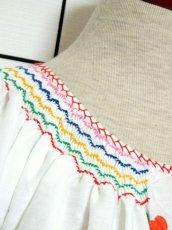 画像7: ぷっくりお花刺繍 カラフルステッチが可愛い 袖にも刺繍 首元リボン結び ヨーロッパ古着 大人フォークロアなヴィンテージ半袖刺繍スモックブラウス【6462】 (7)