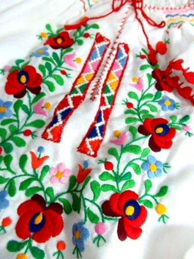 画像3: ぷっくりお花刺繍 カラフルステッチが可愛い 袖にも刺繍 首元リボン結び ヨーロッパ古着 大人フォークロアなヴィンテージ半袖刺繍スモックブラウス【6462】