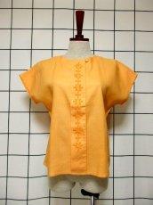 画像2: 刺繍装飾 内ボタンデザイン  レトロ 国産古着 半袖 シャツ ヴィンテージブラウス【6485】 (2)