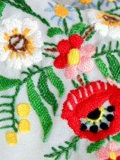 画像10: お花刺繍 ホワイト カラフルステッチ 首元リボン フォークロア ガーリー レトロ 半袖 ヨーロッパ古着 ヴィンテージスモックブラウス【6526】 (10)