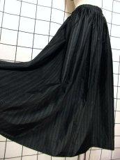 画像4: 濃淡ドット柄 ブラック ロング丈 チェーン コインパーツ クラシカル ディアンドル チロルスカート ドイツ民族衣装 舞台 演劇 演奏会 フォークダンス オクトーバーフェスト 【Y6571】 (4)