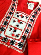 画像9: 70年代 チロリアン風 刺繍 レッド 長袖 フォークロア 昭和レトロ 国産古着 レトロワンピース  【6663】 (9)