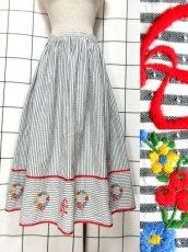 画像1: ストライプ ボーダー リボン刺繍 花刺繍 ホワイト グレー ディアンドル チロルスカート ドイツ民族衣装 舞台 演劇 演奏会 フォークダンス オクトーバーフェスト【6793】 (1)