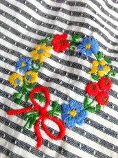 画像11: ストライプ ボーダー リボン刺繍 花刺繍 ホワイト グレー ディアンドル チロルスカート ドイツ民族衣装 舞台 演劇 演奏会 フォークダンス オクトーバーフェスト【6793】 (11)
