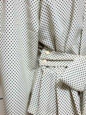 画像8: ドット柄 ホワイト ブラック リボン バックボタン 長袖 昭和レトロ 国産古着 ヴィンテージブラウス【6805】 (8)