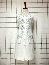 画像2: スペイン製 お花刺繍 カットワークデザイン ホワイト 白 前開き クラシカル レトロ ノースリーブ ヨーロッパ古着 ヴィンテージワンピース 【6028】 (2)