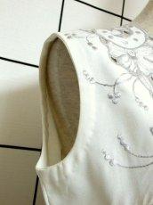 画像4: スペイン製 お花刺繍 カットワークデザイン ホワイト 白 前開き クラシカル レトロ ノースリーブ ヨーロッパ古着 ヴィンテージワンピース 【6028】 (4)