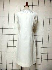 画像5: スペイン製 お花刺繍 カットワークデザイン ホワイト 白 前開き クラシカル レトロ ノースリーブ ヨーロッパ古着 ヴィンテージワンピース 【6028】 (5)