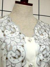 画像3: スペイン製 お花刺繍 カットワークデザイン ホワイト 白 前開き クラシカル レトロ ノースリーブ ヨーロッパ古着 ヴィンテージワンピース 【6028】 (3)