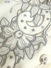 画像17: スペイン製 お花刺繍 カットワークデザイン ホワイト 白 前開き クラシカル レトロ ノースリーブ ヨーロッパ古着 ヴィンテージワンピース 【6028】 (17)
