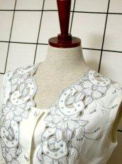 画像9: スペイン製 お花刺繍 カットワークデザイン ホワイト 白 前開き クラシカル レトロ ノースリーブ ヨーロッパ古着 ヴィンテージワンピース 【6028】 (9)