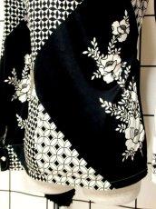 画像7: マルチ柄 花柄 70's ホワイト ブラック モノクロ 長袖 昭和レトロ 国産古着 ヴィンテージブラウス【7018】 (7)