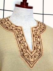 画像3: 刺繍 ベージュ フリンジ フォークロア レトロ ヨーロッパ古着 ヴィンテージポンチョ【2608】 (3)