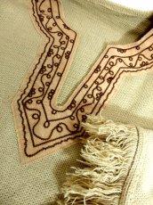 画像11: 刺繍 ベージュ フリンジ フォークロア レトロ ヨーロッパ古着 ヴィンテージポンチョ【2608】 (11)