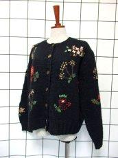 画像2: 花模様編み ブラック 黒 長袖 昭和レトロ 国産古着 ニットカーディガン【7618】 (2)