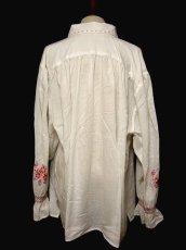 画像4: ハンドメイドのピンクフラワー刺繍がとっても可愛い ヨーロッパ古着 長袖スモックブラウス【1054】 (4)