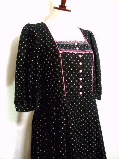 画像1: ピンク小花柄がとびっきり可愛い スカート裾アンティークレースも素敵 黒 ディアンドル チロルワンピース ドイツ民族衣装 舞台 演奏会 フォークダンス オクトーバーフェスト 【1309】
