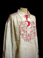 画像5: ハンドメイドのピンクフラワー刺繍がとっても可愛い ヨーロッパ古着 長袖スモックブラウス【1054】 (5)