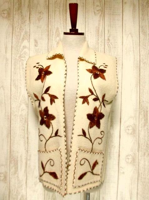 画像1: ☆ ヨーロッパ古着 見事なフラワー刺繍♪ステッチも可愛い貴重な逸品☆フォークロアヴィンテージベスト ☆ (1)